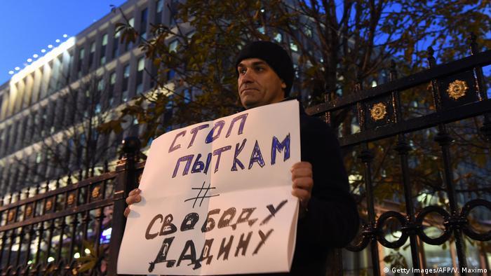 Человек с плакатом Стоп пыткам, свободу Дадину
