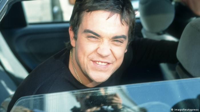 Robbie Williams in 1996 smiling through a car window (Photo: imago/teutopress)
