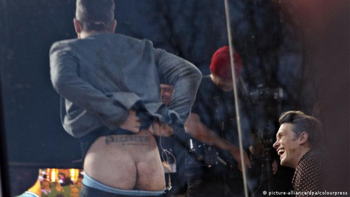 Robbie Williams mooning people on stage (Photo: picture-alliance/dpa/colourpress)