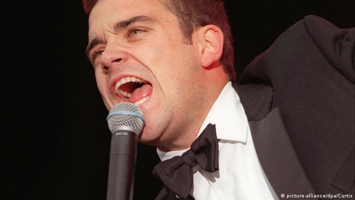 Robbie Williams in 1998 (picture-alliance/dpa/Curtis)