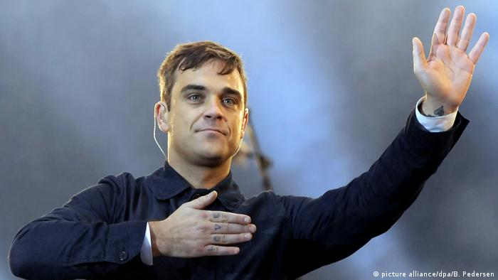 Robbie Williams with his hand on his heart (Photo: picture alliance/dpa/B. Pedersen)