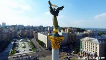 Titel: Maidan Dreaming Bildbeschreibung: DW Dokumentation Maidan Dreaming, Maidan Drohnen-Aufnahme Unabhängigkeitssäule Aufnahmedatum/Ort: 24.06.2016/Kiew Schlagworte: Kiew, Ukraine, Rave, Jugendkultur, Maidan © DW/ Dmytro Katkow