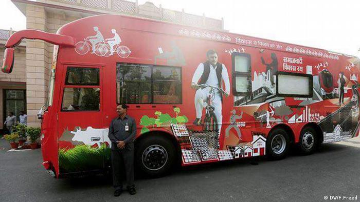 Bus UP CM Akhilesh Yadav Kampagne Indien (DW/F.Freed)