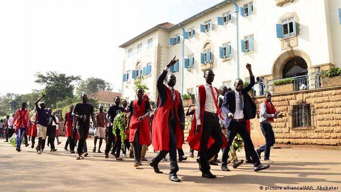 Demonstranten Studenten der Makerere Universität in Uganda
