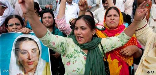 Pakistan Frauen feiern Sieg von Präsident Asif Ali Zardari bei Wahl