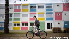 Berlin Flüchtlingsunterkunft Junge Fahrrad