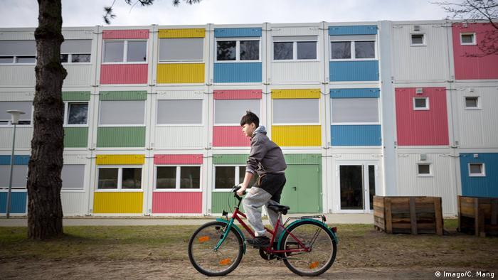 Berlin Flüchtlingsunterkunft Junge Fahrrad (Imago/C. Mang)