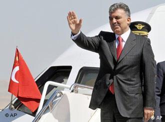 رئیس جمهور ترکیه در فرودگاه بغداد از سوی هوشیار زیباری وزیر امور خارجه، نصیر العانی رئیس دفتر ریاست جمهوری و رافع العیساوی معاون نخست وزیر عراق مورد استقبال قرار گرفت
