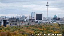 02.11.2016 +++ Das bunt gefärbte Laub des Tiergartens ist am 02.11.2016 in Berlin mit Blickrichtung zum Reichstag zu sehen. Im Hintergrund stehen der Fernsehturm (r) und rechts daneben der Berliner Dom. Foto: Rainer Jensen/dpa Foto: Rainer Jensen/dpa +++(c) dpa - Bildfunk+++ BdT mit Deutschlandbezug