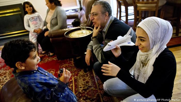 Die amerikanische Teenagerin Hannah Shreim trägt einen Hijab (Bild-Allianz / AP Photo / J. Martin)