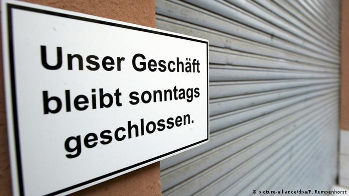 Frankfurt Ladenöffnungszeiten Schild Unser Geschäft bleibt sonntags geschlossen (picture-alliance/dpa/F. Rumpenhorst)
