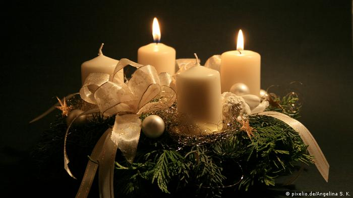 این روزها در بسیاری از خانهها یک حلقه پیدا میشود که معمولا از گل و گیاه، برگها و میوه کاج و گره های رنگی کوچک و بزرگ درست شده است. حلقهای که ۴ شمع در اطراف یا در میان آن خودنمایی میکنند. نخستین شمع ۴ یکشنبه مانده به روز تولد مسیح، روشن میشود، تا برسد به چهارمین شمع. چهارمین شمع که روشن شد، شب تولد مسیح نزدیک است.