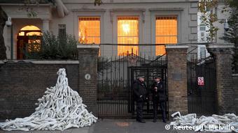 Сваленные в кучу руки из пластика, символизирующие жертвы среди мирных жителей в Сирии. Акция протеста у посольства РФ в Лондоне 3 ноября 2016 года