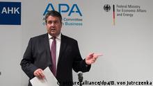 04.11.2016+++ Bundeswirtschaftsminister Sigmar Gabriel (SPD) kommt am 04.11.2016 zu einer Pressekonferenz anlässlich der Asien-Pazifik-Konferenz der deutschen Wirtschaft in Hongkong. Der deutsche Wirtschaftsminister ist bis 05.11.2016 mit einer großen Wirtschaftsdelegation zu Besuch in China und Hongkong. Foto: Bernd von Jutrczenka/dpa +++(c) dpa - Bildfunk+++