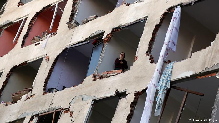 Türkei Diyarbakir Bombenanschlag Frau im oberen Stockwerk ein es Hauses