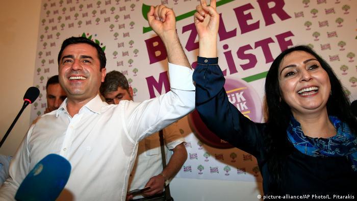 Türkei Selahattin Demirtas und Figen Yüksekdag (picture-alliance/AP Photo/L. Pitarakis)