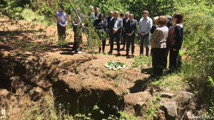 Ceremonia conmemorativa junto a una fosa común en Colonia Dignidad.