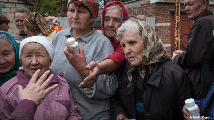 Жителі Жованки стоять у черзі за гуманітарною допомогою