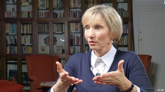 Großbritannien DW-Moderatorin Zhanna Nemtsova spricht mit Marina Litwinenko (DW)