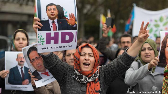 Deutschland Kurden demonstrieren gegen türkische Politik in Frankfurt (picture-öalliance/dpa/B. Rössler)