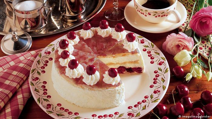 """La tradición de """"Kaffee und Kuchen"""" invita a los alemanes a tomar café y comer torta todas las tardes, con la puntualidad con que un británico toma su té; pero muchos limitan su consumo a los fines de semana. En Alemania, la persona que cumple años es la que debe llevar torta a su puesto de trabajo para celebrar el aniversario con sus compañeros."""