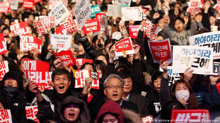 Südkorea Demo gegen Präsidentin Park (picture-alliance/AP Photo/A. Young-joon)