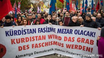 Deutschland Kurden demonstrieren in Köln (picture-alliance/dpa/M. Hitij)