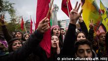 Kurden demonstrieren am 05.11.2016 in Köln (Nordrhein-Westfalen) gegen die Festnahme führender Oppositions-Politiker in der Türkei. In der Nacht zum 04.11.2016 hatte die türkische Polizei bei Razzien elf Abgeordnete der pro-kurdischen Partei HDP festgenommen, darunter die beiden Parteichefs. Bei der Kundgebung wurden auch Fahnen mit dem Bild des inhaftierten PKK-Führers Abdullah Öcalan geschwenkt. Foto: Maja Hitij/dpa +++(c) dpa - Bildfunk+++