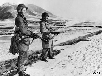 Soldaten der US-Armee stehen vor dem zugefrorenen Fluss Yalu in der Mandschurei