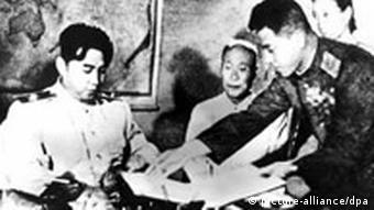 Kim Il Sung (l) unterzeichnet 1953 in Pjöngjang das Waffenstillstandsabkommen