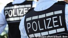 ARCHIV- In Polizei-Westen gekleidete Polizisten stehen am 30.07.2016 in Reutlingen (Baden-Württemberg) vor der Postbank Reutlingen, um einen Trauermarsch zu begleiten. Experten wollen am 25.10.2016 darlegen, wie sich die Thüringer Polizei künftig aufstellen sollte. Foto: Silas Stein/dpa (zu dpa «Experten legen Vorschläge zur Polizeistrukturreform vor» vom 25.10.2016) +++(c) dpa - Bildfunk+++   Verwendung weltweit