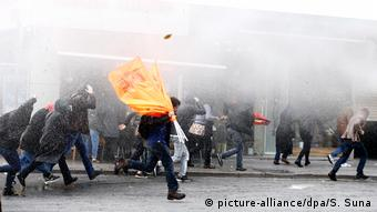 Turkish Kurds protesting in Istanbul (picture-alliance/dpa/S. Suna)