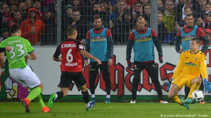 Fußball Bundesliga W10 SC Freiburg gegen VfL Wolfsburg -Tor Mario Gomez (picture-alliance/dpa/P. Seeger )