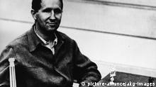 Bertolt Brecht / Foto Brecht, Bertolt Schriftsteller und Regisseur Augsburg 10.2.1898 - Berlin 14.8.1956. Foto, um 1942.  