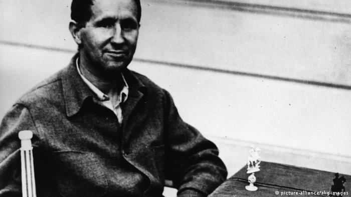 Bertolt Brecht playing chess around 1942 (Photo: picture-alliance/akg-images)