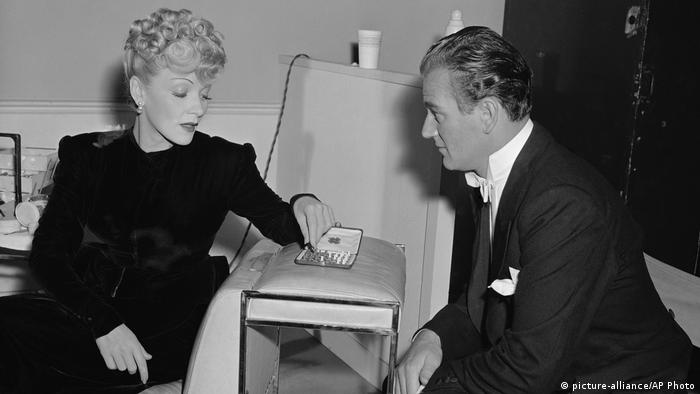 Marlene Dietrich and John Wayne playing chess in 1942 (Photo: picture-alliance/AP Photo)