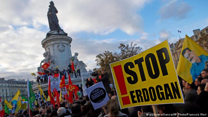 Paris Kurden Demonstration gegen Erdogan (picture-alliance/AP Photo/Francois Mori)