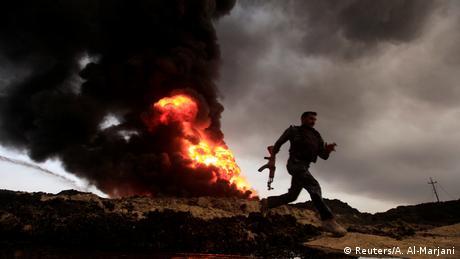 Irak Region Mossul Qayyara Soldat brennendes Öl (Reuters/A. Al-Marjani)