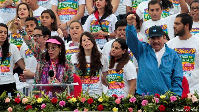 Росарио Мурильо и Даниэль Ортега во время предвыборной кампании на фоне молодежи