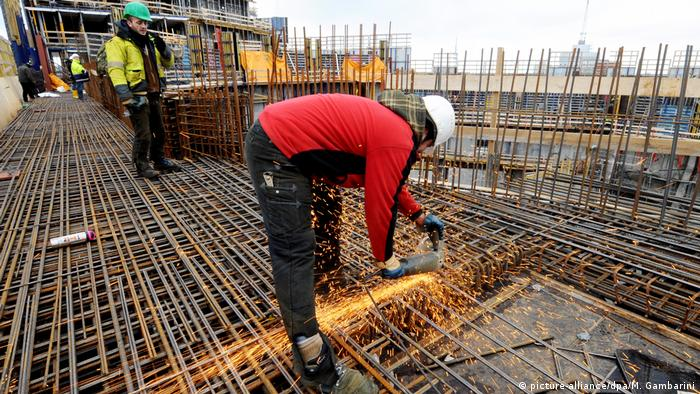 Building workers in Hamburg (picture-alliance/dpa/M. Gambarini)