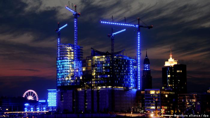 Hamburg Baustelle der Elbphilharmonie «Blue Port» Illumination (picture alliance / dpa)