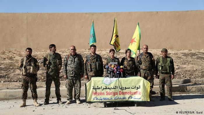 Syrien Rebellen der Syrischen Democratischen Kräfte geben Pressekonferenz in Rakka (REUTERS/R. Said)
