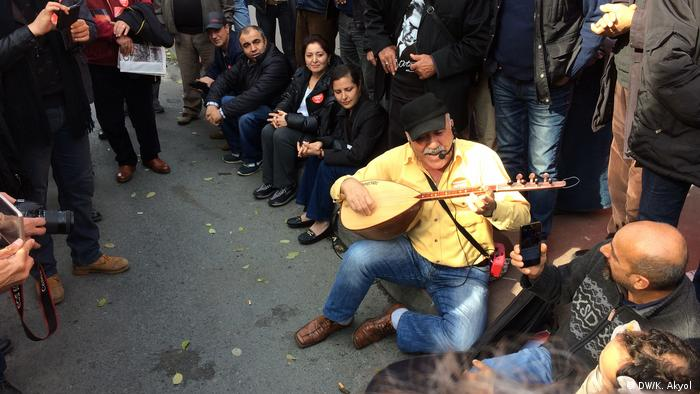 Protesters in front of Cumhuriyet building (DW/K. Akyol )