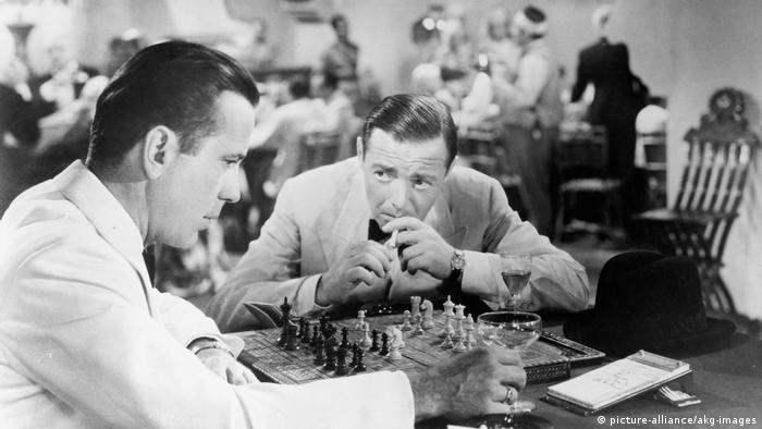 Scene from 'Casablanca': Humphrey Bogart (left) plays chess, Peter Lorre sits next to him (Photo: picture-alliance/akg-images)