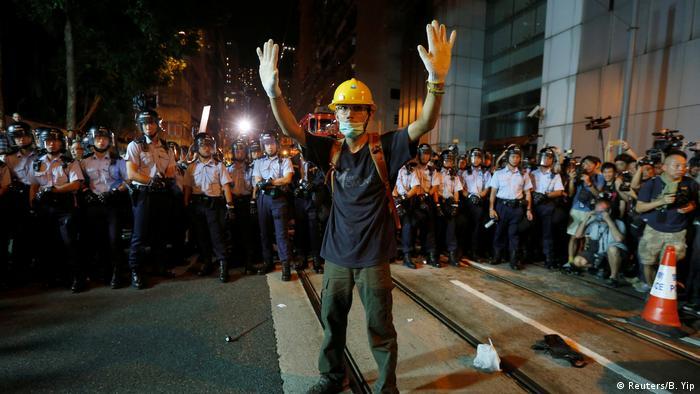 China Tausende demonstrieren in Hongkong gegen Einmischung aus Peking (Reuters/B. Yip)