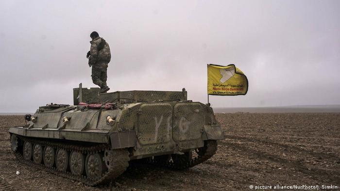 Syrien Panzer der YPG vor Raqqa ARCHIV (picture alliance/NurPhoto/J. Simkin)