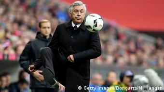 Bayern-Trainer Carlo Ancelotti stoppt an der Seitenlinie einen Ball (Foto: Getty Images/Bongarts/M. Hangst)