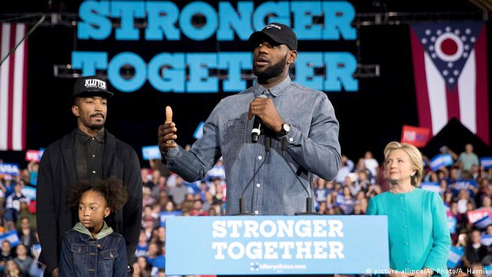 USA Cleveland Wahlkampf Hillary Clinton, Lebron James, J.R. Smith, Demi Smith (picture-allince/AP Photo/A. Harnik)