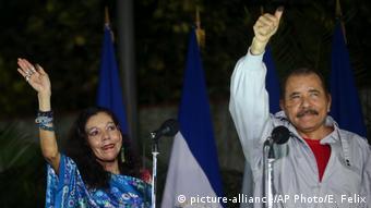 Nicaragua Managua Präsident Ortega und Ehefrau Rosario Murillo (picture-alliance/AP Photo/E. Felix)