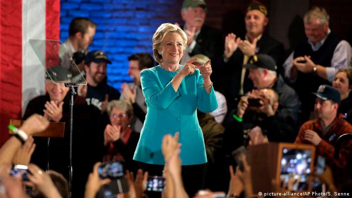 USA Manchester Wahlkampf Hillary Clinton (picture-alliance/AP Photo/S. Senne)